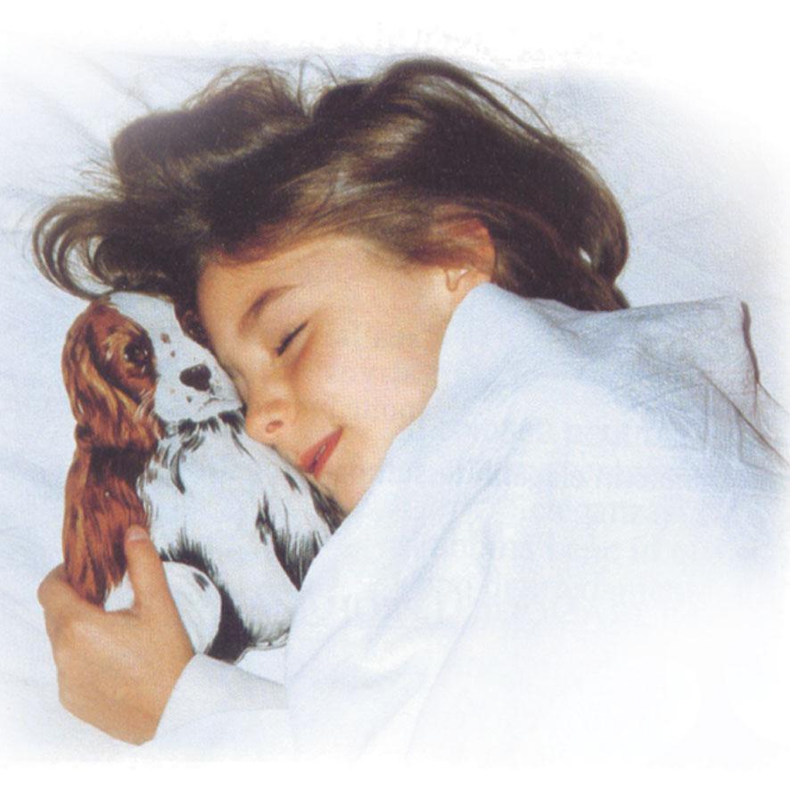 La buonanotte che rende i bimbi felici, abbracciati al loro cucciolo